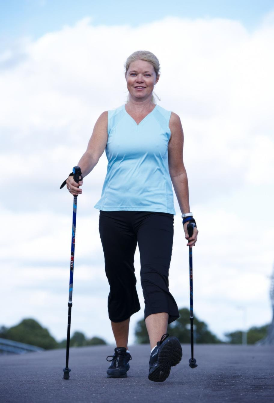 """<strong>Stavform.</strong>Ylva Flennegård Hansen, 48, i Ramlösa i Helsingborgs kommun går stavgång minst två gånger i veckan. """"Om man ändå ska ut och ta en promenad kan man lika gärna ta med stavarna"""", säger hon."""