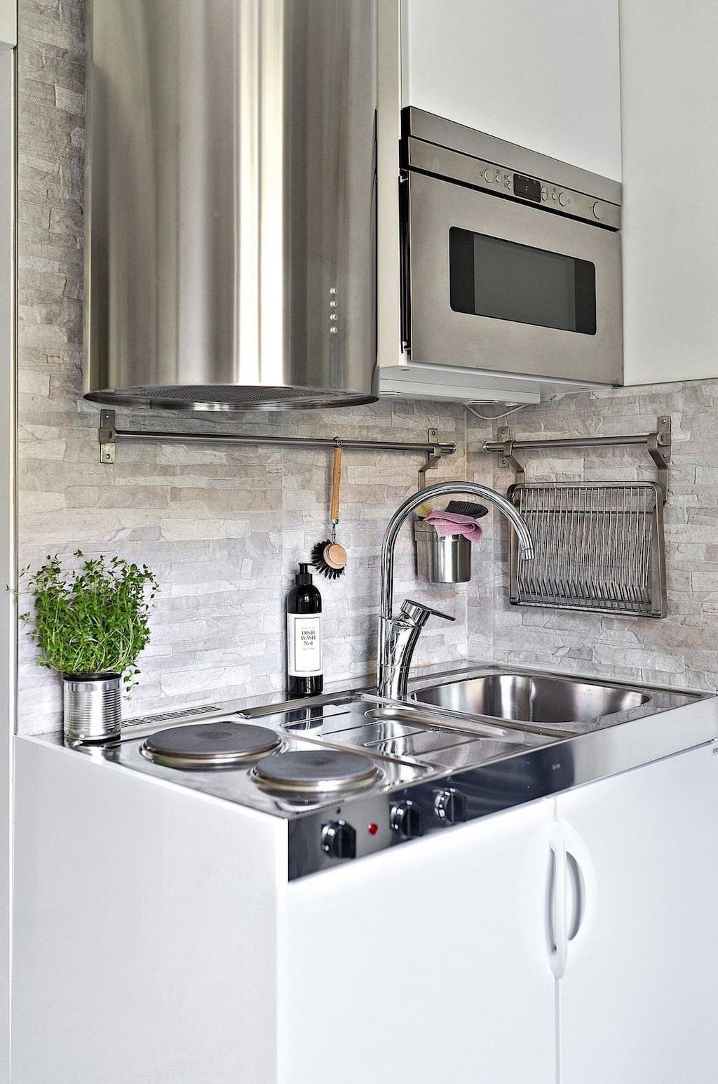 I köket finns spis, kyl med frysfack, diskho och inbyggd mikro.