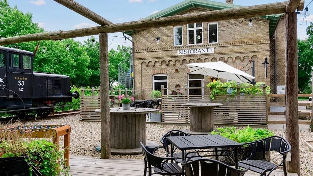 Förutom tågstation har det tidigare varit postkontor och i dag är det en väletablerad restaurang samt boende.
