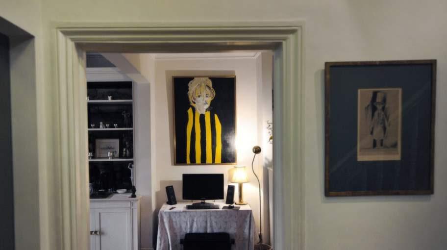 """Det första som möter oss i vardagsrummet är en tavla som Sven-Bertils vän Slas målade i det tidiga 60-talet och som då fick namnet """"Hammarbyflickan"""". 25 år senare träffade han Mikaela som är snarlik kvinnan på favorittavlan."""