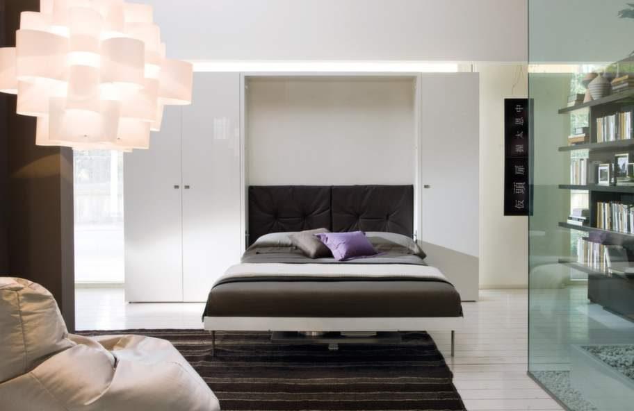 Ät och sov på samma yta. Med denna lösning kan man göra om en etta till en tvårummare. Matbordet här kan även användas som skrivbord. Cirka 35 000 kronor, thecompactlivingstore.com.