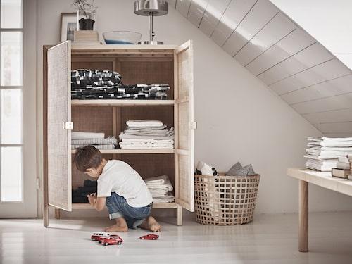 """""""Stockholm 2017"""", skåp i rotting/ask för 3495 kronor. Designer Nike Karlsson gjorde det mesta av designarbetet direkt på fabriksgolvet i Indonesien för att ta rotting och hantverket till en ny nivå."""