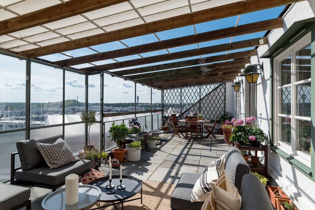 På takterrassen om 30 kvadrat finns gott om utrymme för umgänge med familj och vänner.