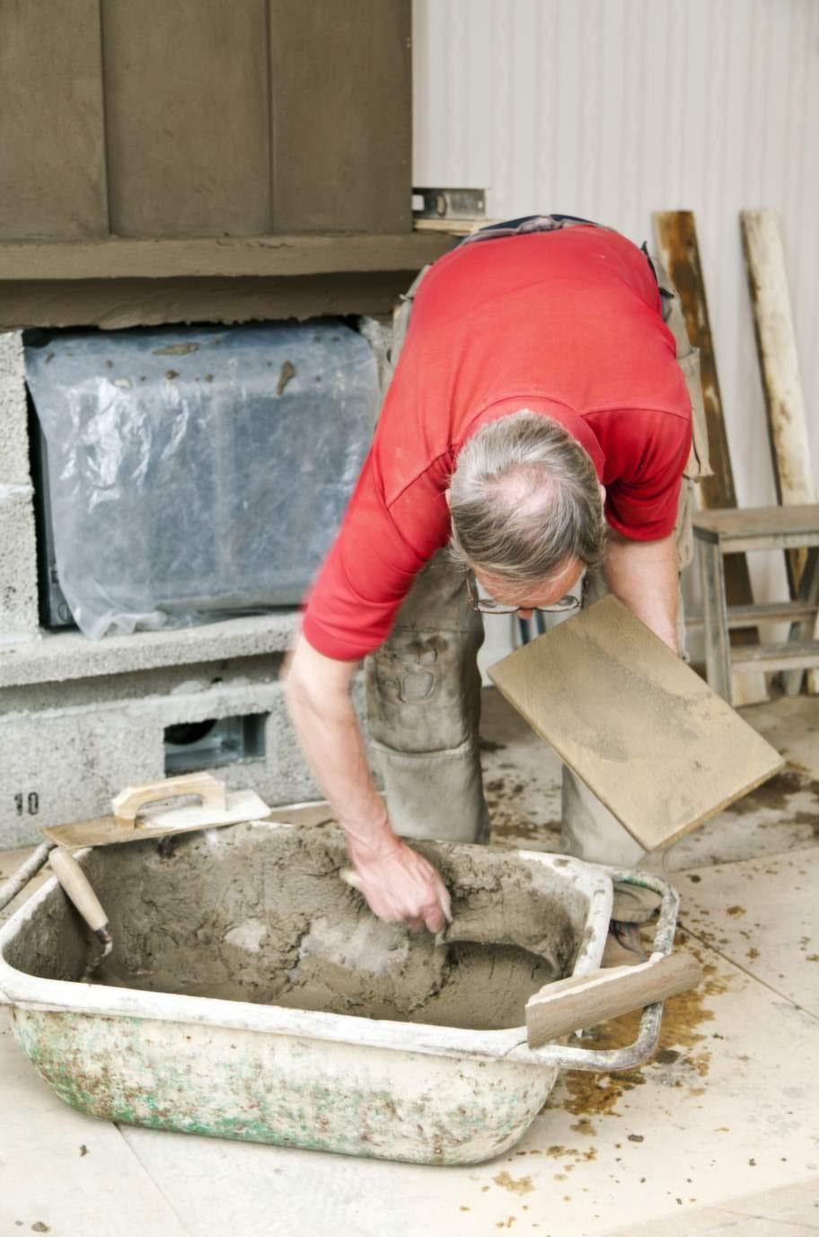 Blanda puts<br>Här blandas det putsbruk för nu är det dags för lite  finlir. Hela murspisen ska putsas. Ytan ska bli slät och jämn. Använder  du färdigblandad mur- och putsbruk behöver bara vatten tillsättas.