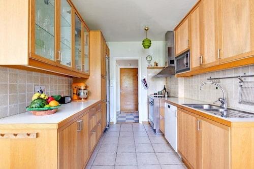 Köket i den nya lägenheten var inte alls rätt stil för Stina och hennes familj. Samtidigt var det av bra kvalitet och mycket bra planerat.