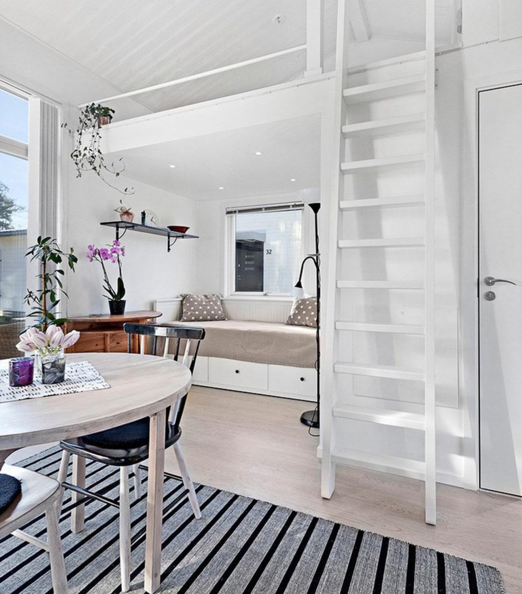 Trots lilla ytan behöver inte soffa och säng vara på samma plats. Här finns sovrummet på ett loft.