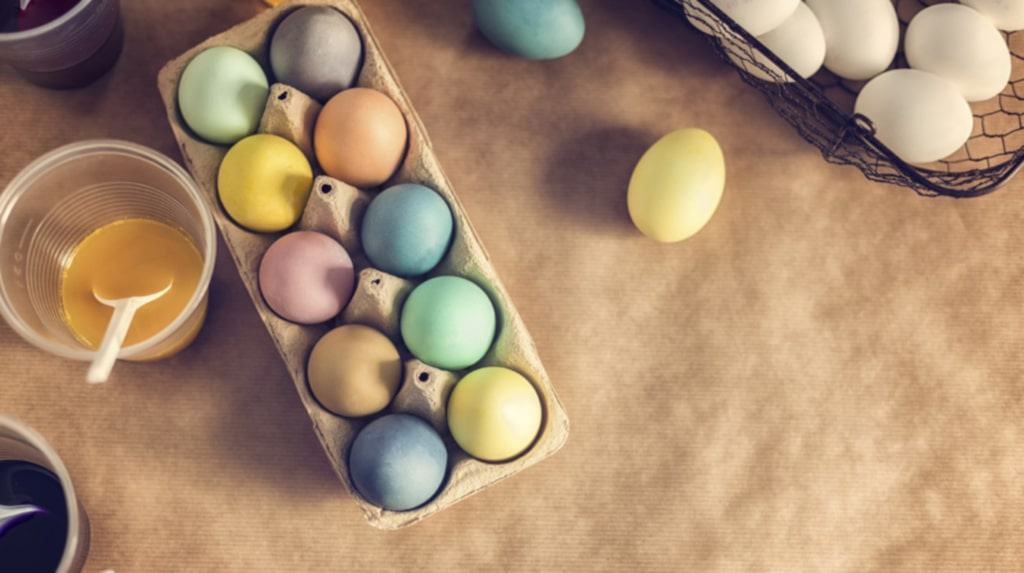 Att matfärga ägg har blivit populärt. Supersnyggt att bara ha dem framme i kartongen som dekoration.