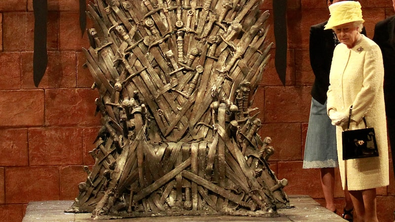 Storbritanniens drottning, Queen Elizabeth II, vid järntronen från Game of Thrones.