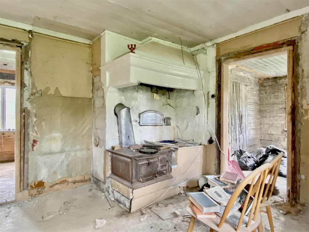 Detta ruckel i Dalarna har årets ärligaste annons. Bland annat står det att saknad vägg ger huset bra ventilation.
