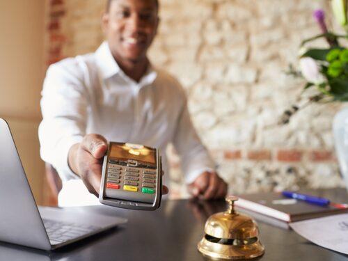Att betala med kredit har flera fördelar.