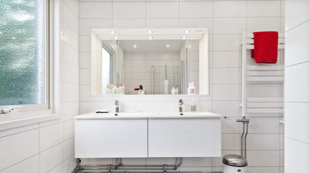 Ljust och modernt badrum.