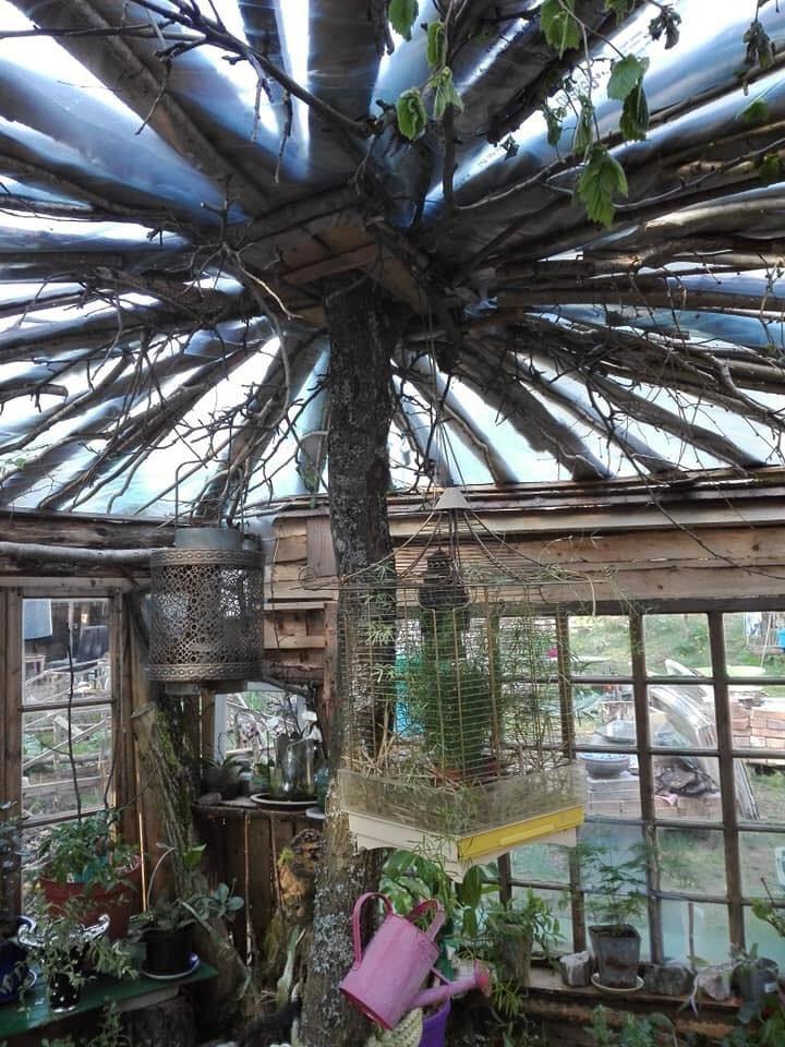 Dottern Petra hjälpte till att sätta trädstammen på plats i huset och att lägga taket av byggplast.