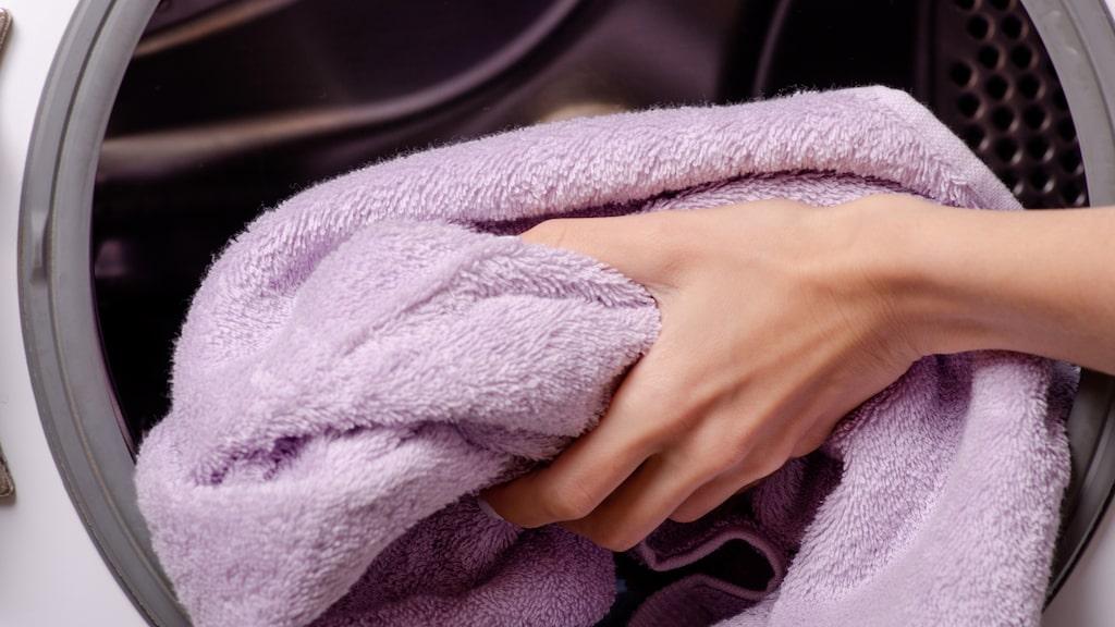 Visste du att du bör tvätta dina badlkan efter var tredje användning? Handdukar blir väldigt fort smutsiga, illaluktande och bakteriefyllda. Handdukar för händerna ska bytas och tvättas ännu oftare.
