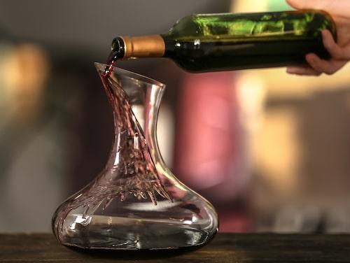 Häll vinet längs kanten, var inte rädd för att det skvätter. Det är bara bra.