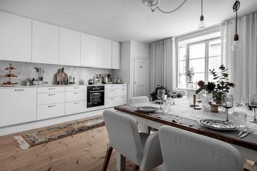 Köket är stilrent och luftigt med rum för middagsbjudningar.