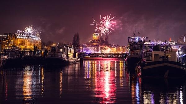 Se Amsterdams fyrverkerier från någon av stadens broar.