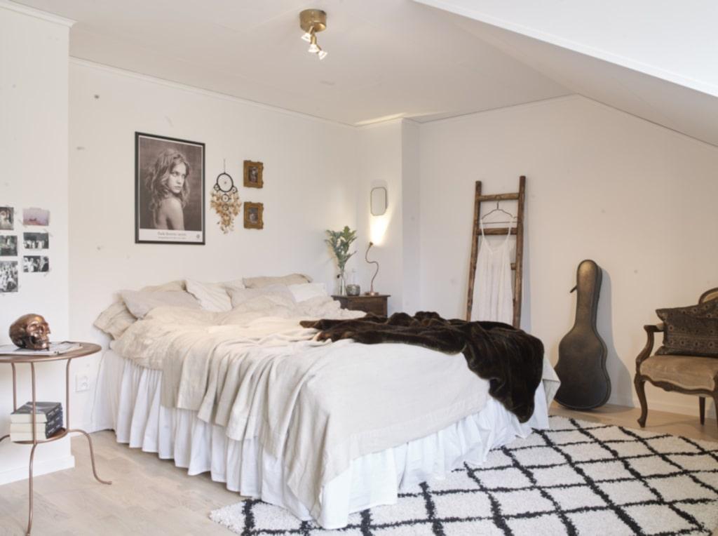 Luftigt. Sovrummet är ljust och luftigt och inrett med en bohemisk känsla. Tavla från Fotografiska och matta från Rusta. Nattduksbord från Ikea som Lovisa har sprejat med kopparfärg. Ikealamporna har även de fått en dusch av guldsprej.
