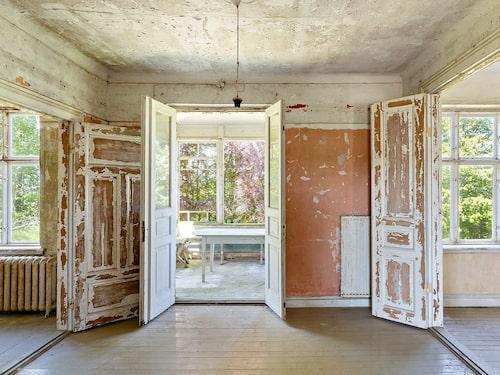 Höga par-spegeldörrar, spröjsade fönster och takmålningar visar på villans ståtlighet en gång i tiden.