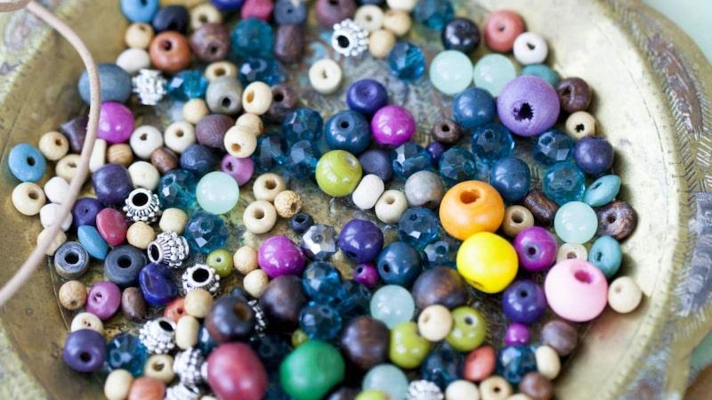 Pyssla med pärlor är populärt. Gör exempelvis snygga armband eller pärlplattor.