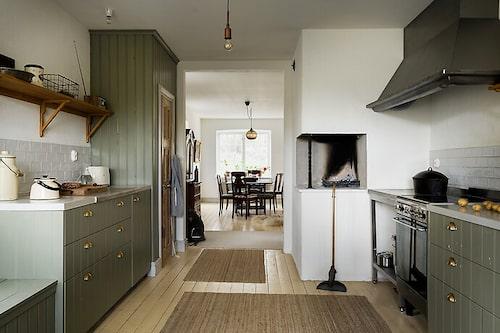 Köket med öppen spis ligger på entréplan, likt matsalen som även den har öppen spis.