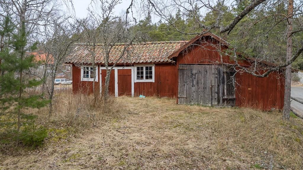 Närbild på förrådet/gårdshuset.