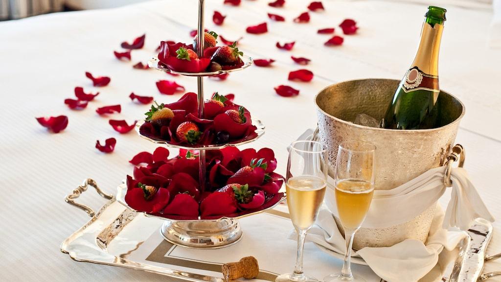 Champagne och jordgubbar är en romantisk klassiker. Men är det en lyckad klassiker?