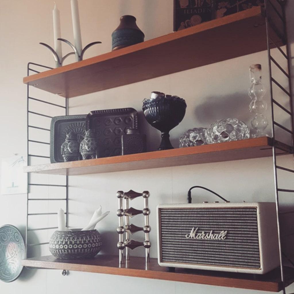 """Porslin. """"Min samling med porslin från Upsala Ekeby står i en Stringhylla som jag hittade i mina föräldrars hus."""""""