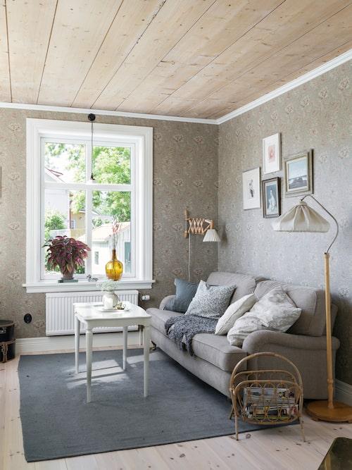 Innertaket i vardagsrummet är original. Det och den vackra tapeten Chrysanthemum Eggsell Gold från William Morris ger fin värme till rummet. Det vitvaxade furugolv är nyinlagt.