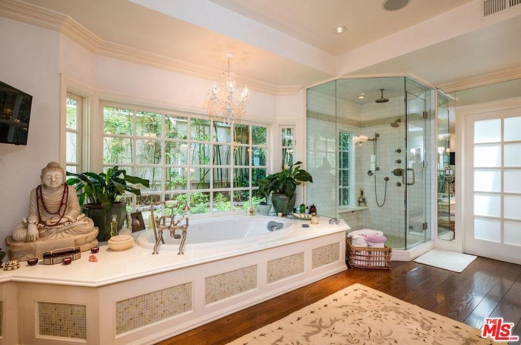 I det här lyxiga badkaret kan man koppla av och njuta av grönskan utanför fönstret.
