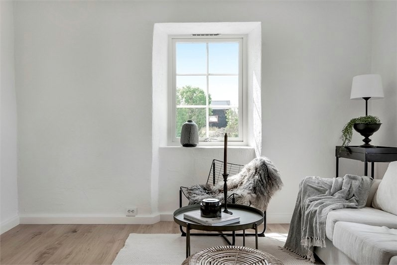 Ljust och härligt vardagsrum med fönster ut mot ängarna.