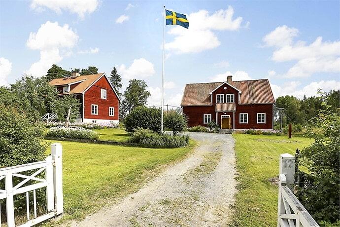 Både lärarbostaden och den gamla skolan är till salu.