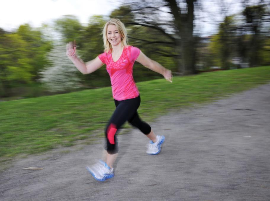 <strong>Intervaller - Boostar förbränningen</strong><br>Vad: Våga öka tempot med intervaller. Du orkar hålla ett högre tempo i några minuter, för att sedan komma ned och ta det lite lugnare.<br>Varför: Intervallträning är perfekt för att boosta förbränningen. Att höja tempot från att gå lugnt där varje kilometer tar 12 minuter till ett snabbare tempo på 7 minuter/kilometer höjer förbränningen med hela 50 procent.<br>De snabba intervallerna ger dig samtidigt starkare hjärta och bättre lungkapacitet.<br>Hur: Värm alltid upp kroppen med 5-10 minuter lugnare promenad innan du börjar med intervallerna. Avsluta även med 5-10 minuter lugnare tempo så kroppen får komma ned i varv.<br>Exempel på intervaller:<br>5 x 1 minut rejält rask promenad med 2 minuter lugn promenad mellan.<br>5 x 2 minut rejält rask promenad med 2 minuter lugn promenad mellan.<br>4 x 2 minut gågging (mellanting av rask promenad och jogging) med 2 min rask promenad mellan.<br>Hjärtat ska slå på i ordentlig takt så det känns ansträngande. Du ska bli andfådd.