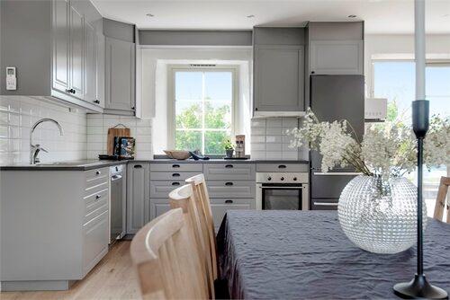 Köket är stilfullt renoverat, färgsatt i grått.