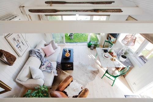 Det lilla sjöhuset på 25 kvadratmeter rymmer både kök och mysigt vardagsrum med utsikt över sjön.