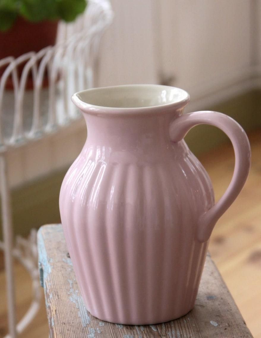 Klassiker Räfflad tillbringare i porslin från IB Laursen, rymmer drygt 1,5 liter, kan med fördel även användas som vas, 170 kronor, broarne.se.
