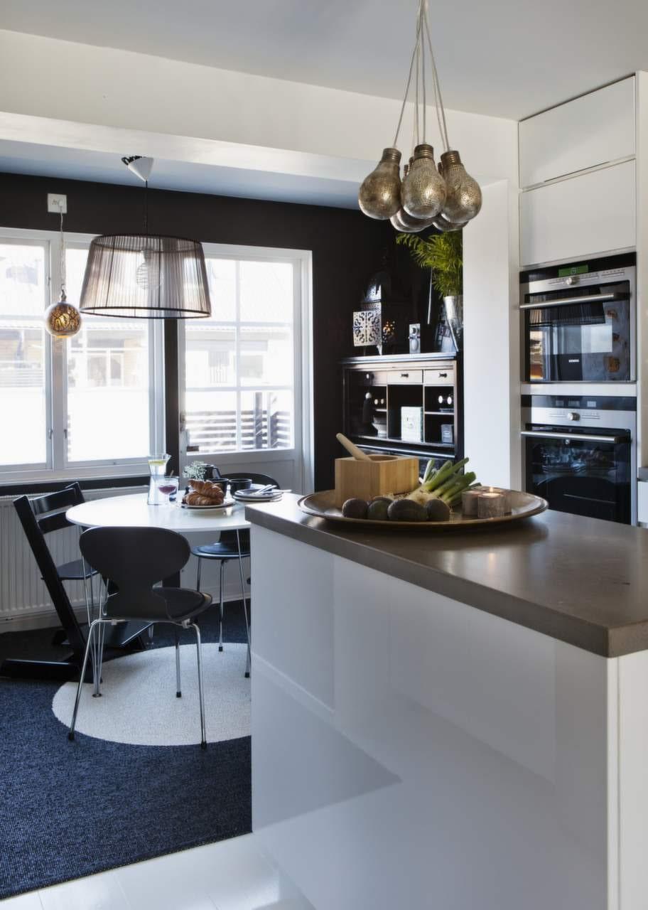 Huset byggdes ut med några kvadratmeter för att få plats med ett köksbord. Stolar Myran designade av Arne Jacobsens och barnstol i svart från Stokke. Lampor i kluster från By Carima.