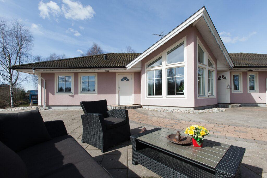 Den rosa trävillan på Kattleberg Airport 258 från 2003 har en boarea på 182 kvadratmeter.