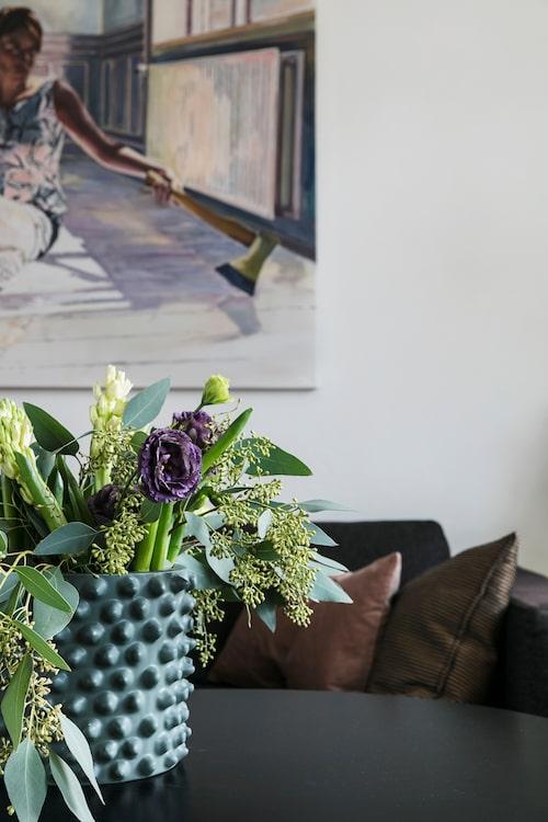 """Inredning handlar mer om komposition och färger än om prylar, menar Tina. Trender är hon försiktig med, hållbarhet är ledordet. """"Men blommor är ju komposterbara, där kan man kosta på sig att ta in lite nya intryck!"""", säger hon."""