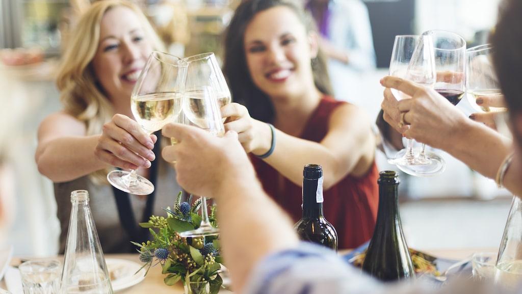 Läsaren ska servera röding och vill få tips på två vita viner i olika stilar till vårmiddagen.