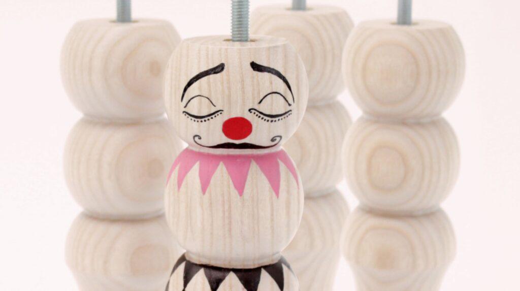 Clown-benen Siri ur kollektionen Pretty mini clowns som säljs till förmån för Clowner utan gränsers arbete med att sprida hopp, skratt och glädje till barn som befinner sig på flykt runt Medelhavet. Benen är handmålade och designade av Jenny von Döbeln från Mini empire.