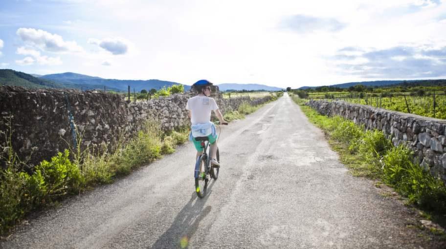 Hyr en cykel i Stari Grad och upptäck Hvars natur på bästa sätt.