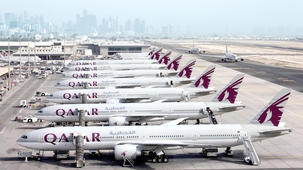 Paret flög med Qatar Airways när frun lånade sin mans mobil – och upptäckte att han hade en affär.
