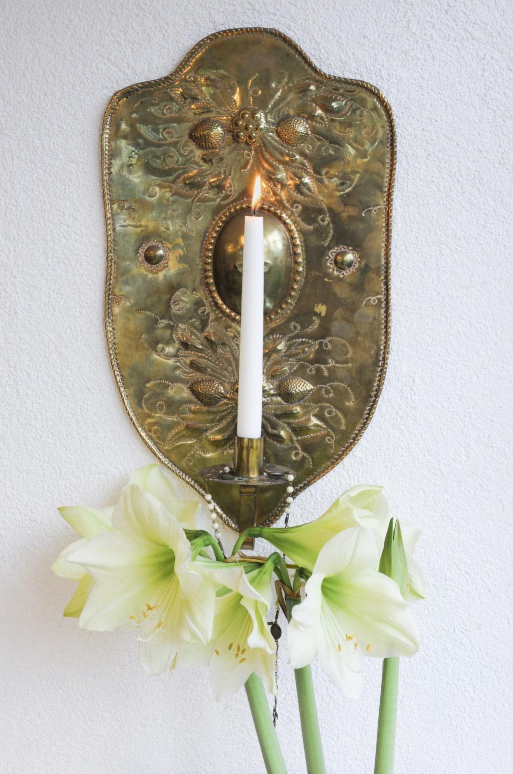"""Den antika ljuslampetten i mässing är ett av många auktionsfynd. Året om köper Håkan ljus som helst ska vara av """"sämre"""" kvalitet för då rinner de på det sätt han älskar."""
