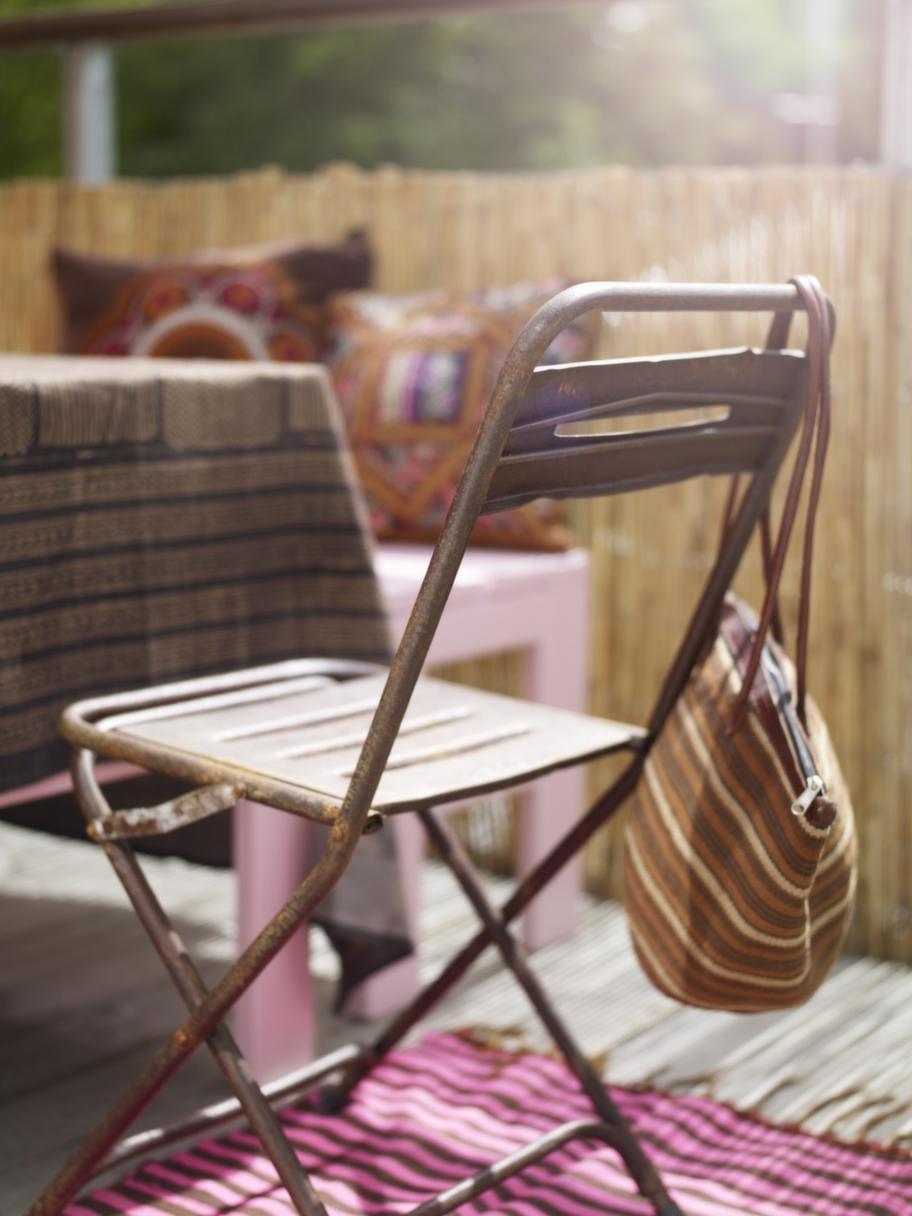 Fällbar<br>Duk, 420 kronor, rostig fällbar stol, 495 kronor, allt från Slottsträdgården Ulriksdal. Väska, 475 kronor, African touch.