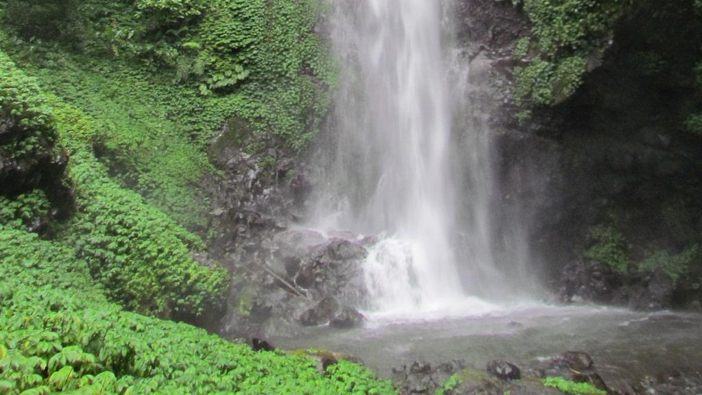 Vattenfallet Gitgit på Bali .