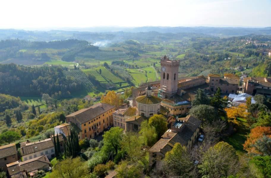 Från försvarstornet från 1100-talet, San Miniatos symbol, är utsikten fantastisk. Staden ligger högst upp på tre kullar, och gatorna slingrar sig mellan medeltida kloster, palats och kyrkor.