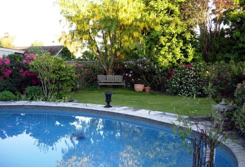 Och en vackert planerad trädgård.
