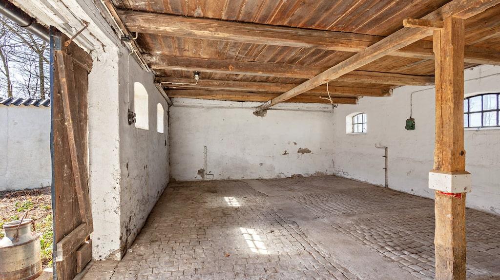 I stallet ligger det gamla stengolvet kvar.