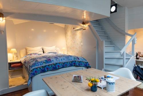 Sov på en husbåt om du är i Amsterdam.