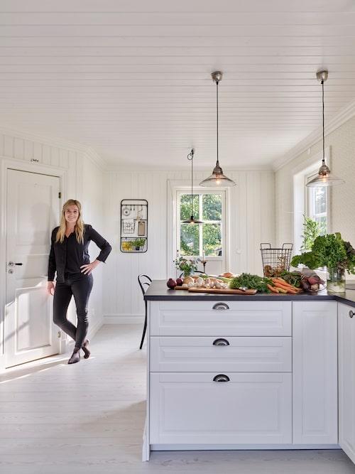 Parets härliga kök har vuxit i storlek sedan de renoverade huset. Tvättstugan som tidigare låg där köksbordet står har fått flytta ner till källaren. Innanför dörren till vänster finns ett stort härlig skafferi som rymmer allt från torra specerivaror till köksmaskiner.